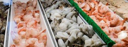 新鲜和被堆的野生虾 免版税库存图片