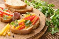 新鲜和鲜美bruschetta用颜色胡椒,香菜 免版税库存图片