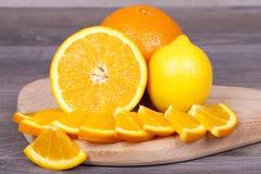 新鲜和水多的桔子切开了成片断和柠檬 库存照片