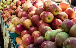 新鲜和水多的苹果待售 图库摄影