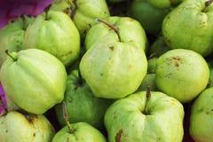 新鲜在市场的果子番石榴。 免版税图库摄影