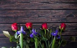 新鲜在木板上升了 免版税库存图片