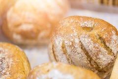 新鲜在面包店看起来鲜美好牛奶店烘烤面包 库存图片