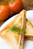 新鲜干酪敬酒的火腿三明治 库存图片