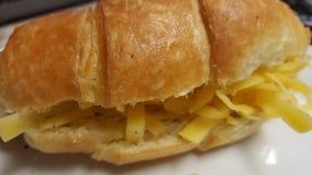 新鲜干酪的新月形面包 免版税库存图片