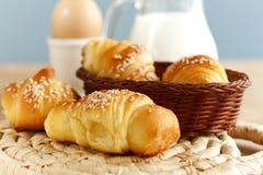 新鲜早餐的新月形面包 库存图片