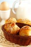 新鲜早餐的新月形面包 图库摄影