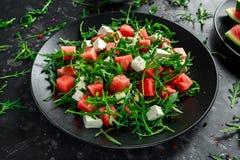 新鲜水多的西瓜芝麻菜希脂乳沙拉用薄菏和橙色,柠檬选矿 夏天盘 健康的食物 免版税库存图片