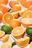 新鲜水果、水多的切片桔子,石灰和柠檬 免版税库存图片