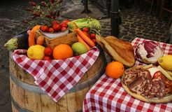 新鲜水果、菜和蒜味咸腊肠在一个农夫市场 免版税图库摄影