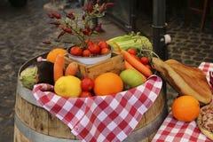 新鲜水果、菜和蒜味咸腊肠在一个农夫市场 免版税库存图片