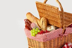 新鲜水果、面包和乳酪在野餐篮子 免版税库存图片