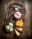 新鲜水果与奶蛋烘饼杯子的冰淇凌 免版税库存图片