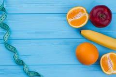 新鲜水果和测量的磁带有拷贝空间的 库存图片