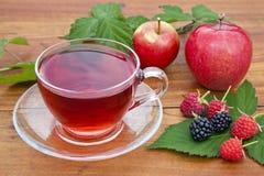 新鲜水果和红茶。   免版税库存图片