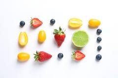 新鲜水果和莓果在白色背景, 免版税库存图片
