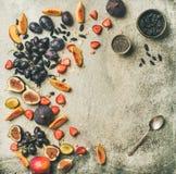 新鲜水果和chia种子滚保龄球,复制空间 免版税库存照片