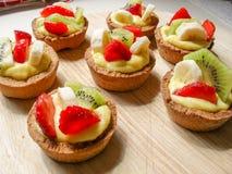 新鲜水果和pasticcera奶油色酥皮点心 免版税库存照片