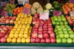新鲜水果在地方露天农夫市场上 库存图片