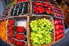 新鲜水果在开放农夫的市场上 免版税库存照片
