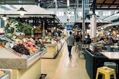 新鲜水果待售在里斯本市场上 库存图片