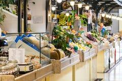 新鲜水果待售在里斯本市场上 库存照片