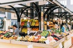 新鲜水果待售在里斯本市场上 免版税图库摄影