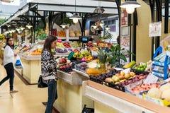 新鲜水果待售在里斯本市场上 免版税库存照片