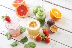 新鲜水果有机生物饮料汁液选择绿色饮料饮食 免版税图库摄影