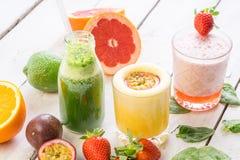新鲜水果有机生物饮料汁液选择绿色饮料饮食 免版税库存照片