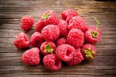 新鲜水果有机莓木头 免版税库存图片