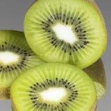 新鲜水果猕猴桃切了 免版税库存照片