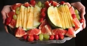 新鲜水果盛肉盘 免版税库存图片