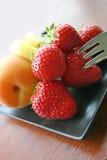 新鲜水果盛肉盘 库存图片