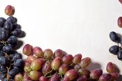 新鲜水果葡萄、梨和苹果在木板构筑背景 库存图片