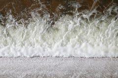 新鲜水流动的飞溅,水流量表面,在小水库,农村水保留水坝,飞溅,海绵浪花的流动的水 库存照片