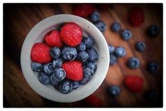 新鲜浆果的碗 免版税库存照片
