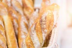 新鲜烘烤在鲜美面包店的看起来的面包 库存照片