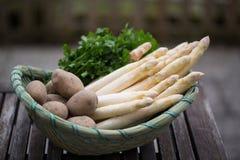新鲜用芦笋,用在篮子的土豆 免版税图库摄影