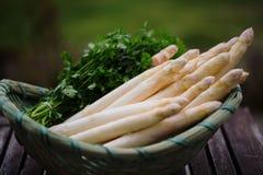 新鲜用芦笋,用在篮子的土豆 图库摄影