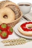 新鲜百吉卷的早餐 免版税图库摄影
