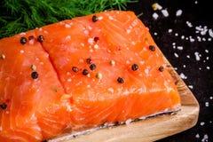新鲜的三文鱼内圆角用胡椒和海盐溶特写镜头 免版税库存图片