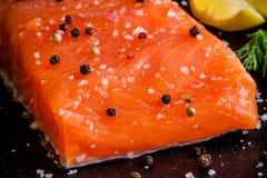 新鲜的三文鱼内圆角用胡椒和海盐溶特写镜头 免版税库存照片
