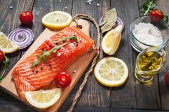 新鲜的三文鱼内圆角的可口部分用芳香草本、香料和菜-健康食物 免版税图库摄影