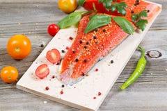 新鲜的三文鱼和成份在木烹调板条 免版税库存照片