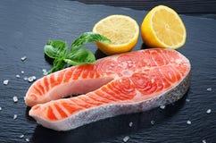 新鲜的三文鱼用柠檬和蓬蒿 免版税库存图片