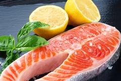 新鲜的三文鱼用柠檬和蓬蒿 免版税库存照片