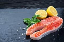 新鲜的三文鱼用柠檬和蓬蒿 库存图片