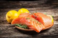 新鲜的三文鱼用柠檬 图库摄影