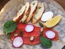 新鲜的三文鱼用油煎方型小面包片乳酪和菠菜 库存图片